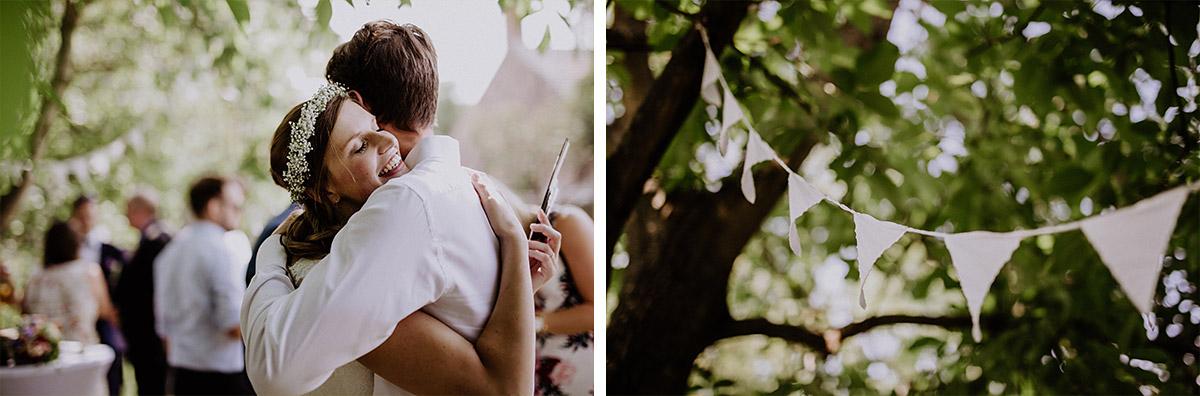 Hochzeitsfotos Gratulation nach Trauung und Wimpelgirlande bei Scheunenhochzeit - Vierseithofcafé Brandenburg Hochzeitsfotograf © www.hochzeitslicht.de