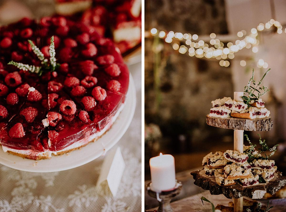 Kuchenbuffet mit Obstkuchen bei Sommerhochzeit - Vierseithofcafé Brandenburg Hochzeitsfotograf © www.hochzeitslicht.de