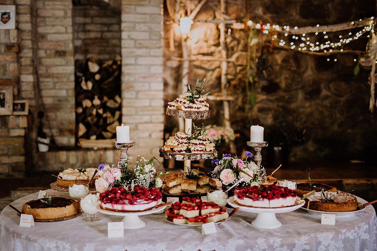 großes Kuchenbuffet mit Beeren bei Scheunenhochzeit - Vierseithofcafé Brandenburg Hochzeitsfotograf © www.hochzeitslicht.de