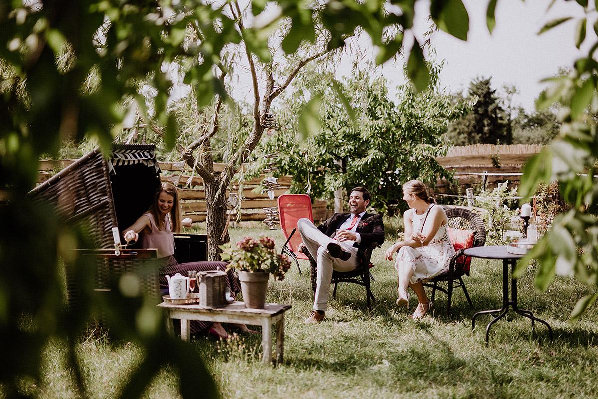entspannte Gartenhochzeit auf dem Land - Vierseithofcafé Brandenburg Hochzeitsfotograf © www.hochzeitslicht.de