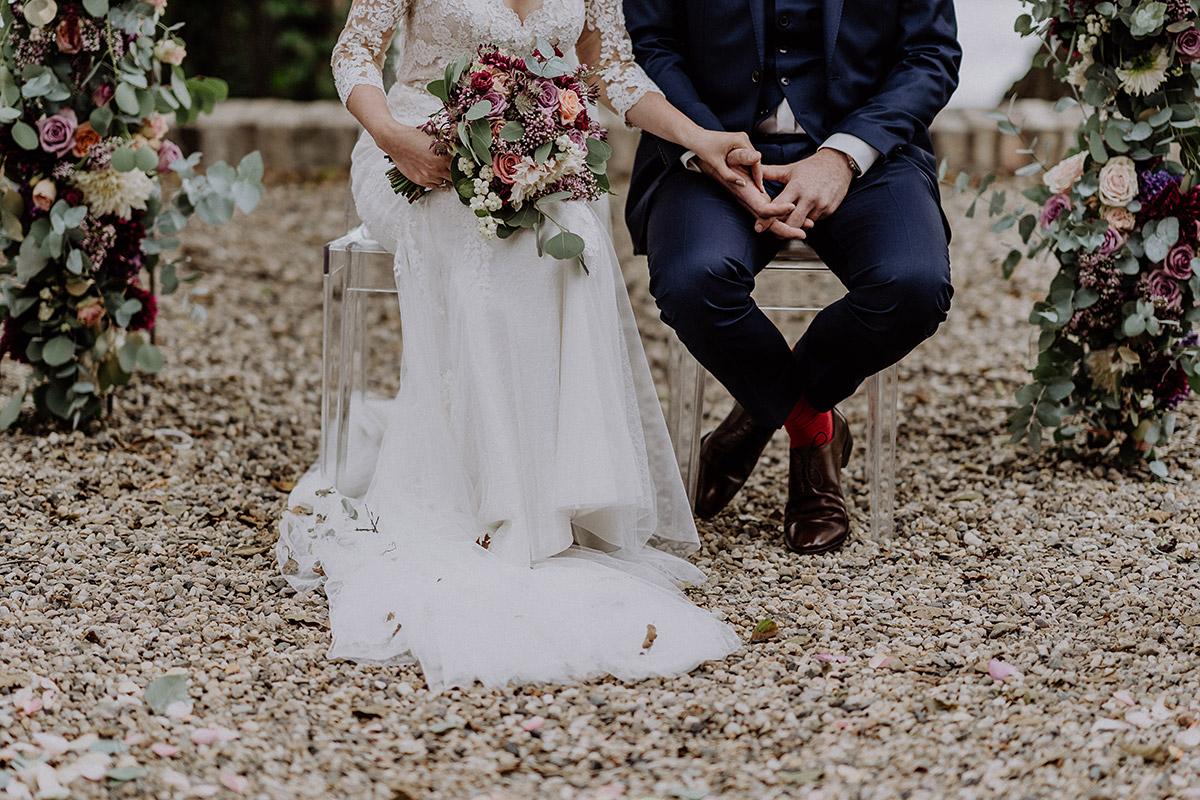 modernes Hochzeitsfoto von Braut und Bräutigam vor Blumenbogen bei freier Trauung- Gut Schloss Golm Potsdam Hochzeitsfotograf © www.hochzeitslicht.de