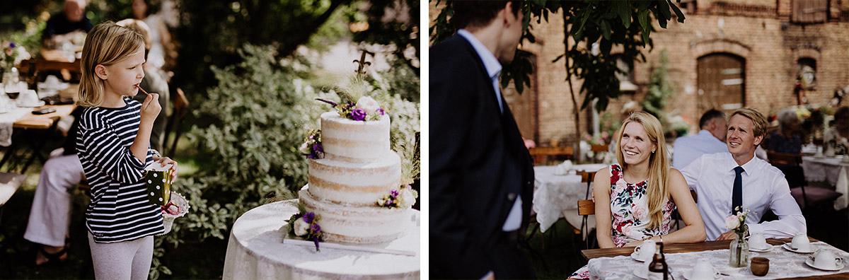 dreistöckige weiße Hochzeitstorte Naked Cake bei Landhochzeit - Vierseithofcafé Brandenburg Hochzeitsfotograf © www.hochzeitslicht.de