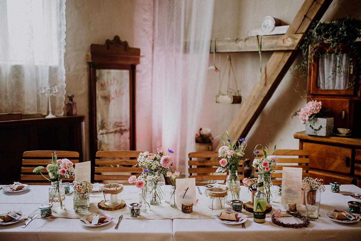 sommerliche Tischdekoration mit Sommerblumen und Holz bei vintage Landhochzeit - Vierseithofcafé Brandenburg Hochzeitsfotograf © www.hochzeitslicht.de