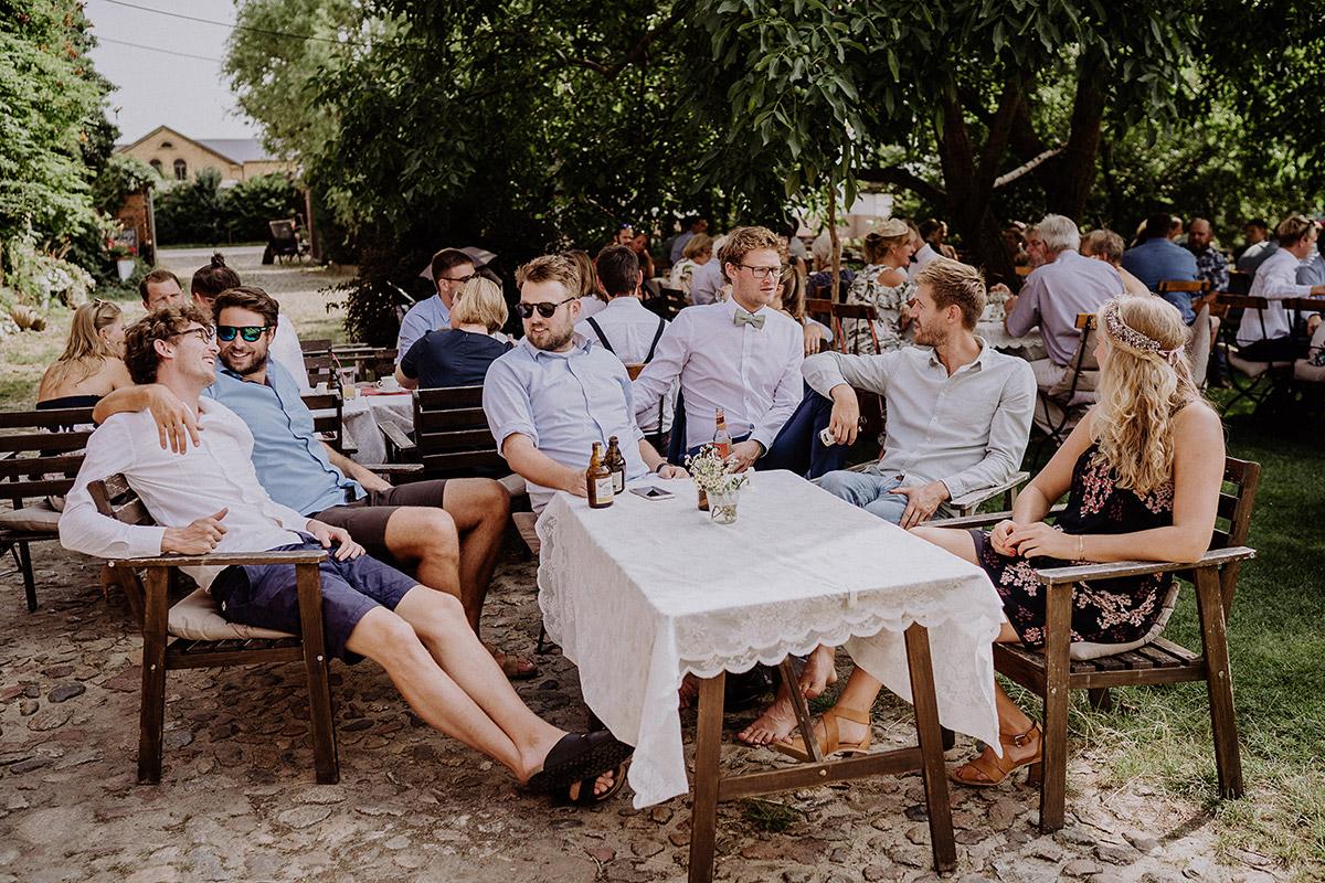 Hochzeitsfeier im Garten bei Scheunenhochzeit - Vierseithofcafé Brandenburg Hochzeitsfotograf © www.hochzeitslicht.de