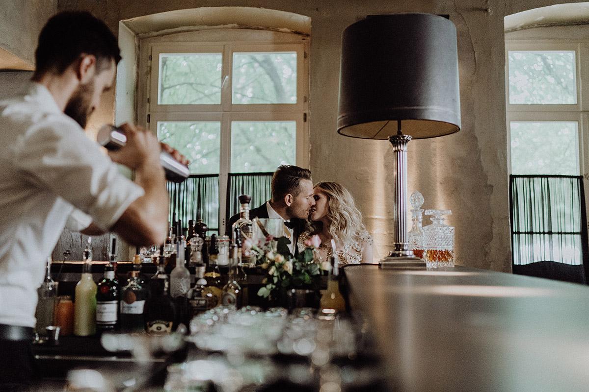 Hochzeitsfoto Brautpaar an Bar mit Barkeeper von Barthur Barcatering bei Hochzeit zu zweit im The Grand Berlin - Berlin Hochzeitsfotograf © www.hochzeitslicht.de