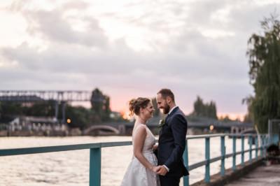 Hochzeitsfoto von Brautpaar bei Sonnenuntergang - 89 Lighthouse White Spreelounge Berlin Hochzeitsfotograf © www.hochzeitslicht.de
