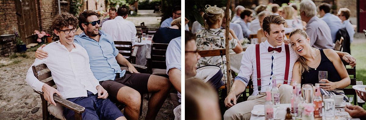 Hochzeitsgesellschaft bei entspannter Sommerhochzeit - Vierseithofcafé Brandenburg Hochzeitsfotograf © www.hochzeitslicht.de