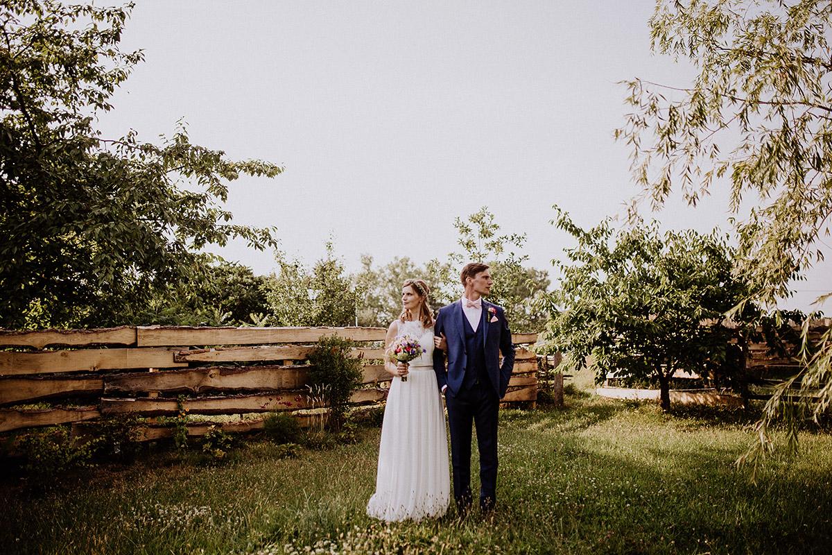 Brautpaarfoto bei Gartenhochzeit - Vierseithofcafé Brandenburg Hochzeitsfotograf © www.hochzeitslicht.de