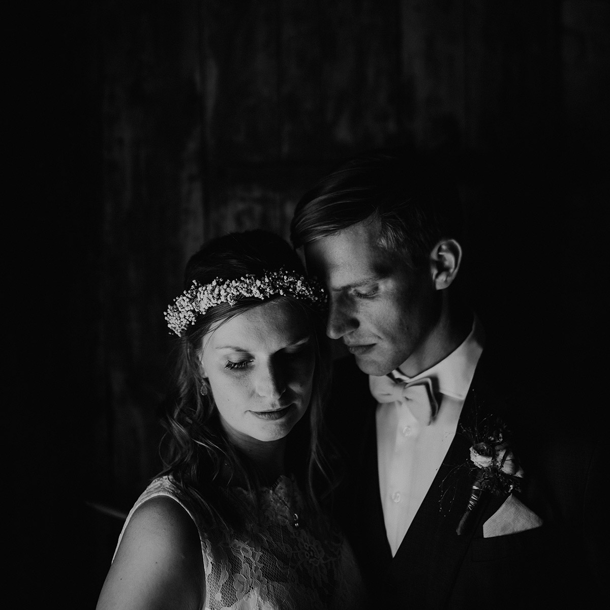 atmosphärisches Hochzeitsfoto von Brautpaar bei Landhochzeit - Vierseithofcafé Brandenburg Hochzeitsfotograf © www.hochzeitslicht.de