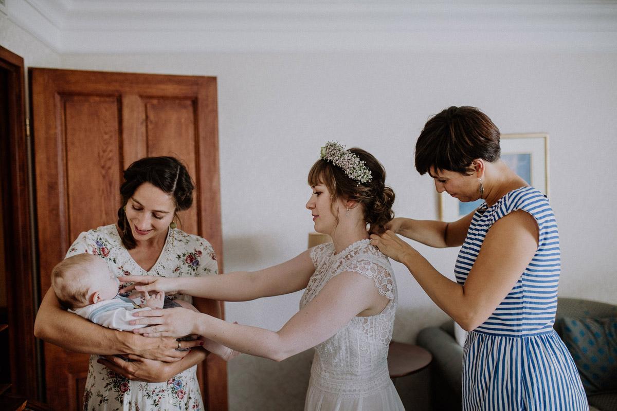 Ankleiden Braut bei Scheunenhochzeit - Vierseithofcafé Brandenburg Hochzeitsfotograf © www.hochzeitslicht.de