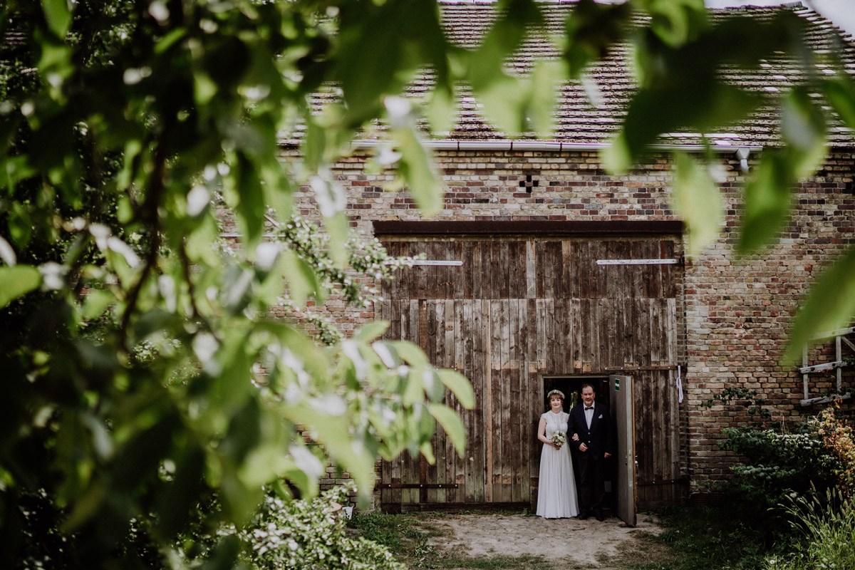 Einzug Braut bei Scheunenhochzeit - Vierseithofcafé Brandenburg Hochzeitsfotograf © www.hochzeitslicht.de