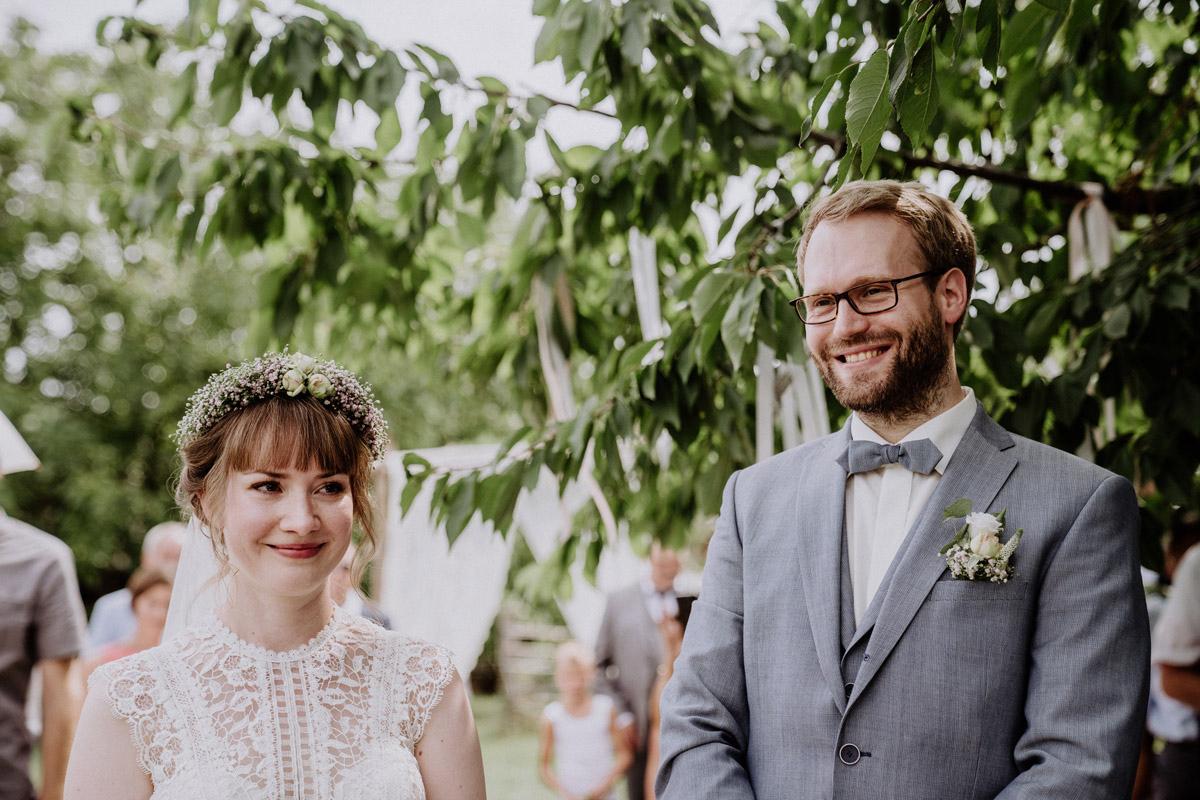 Brautpaar bei standesamtlicher Trauung im Garten - Vierseithofcafé Brandenburg Hochzeitsfotograf © www.hochzeitslicht.de