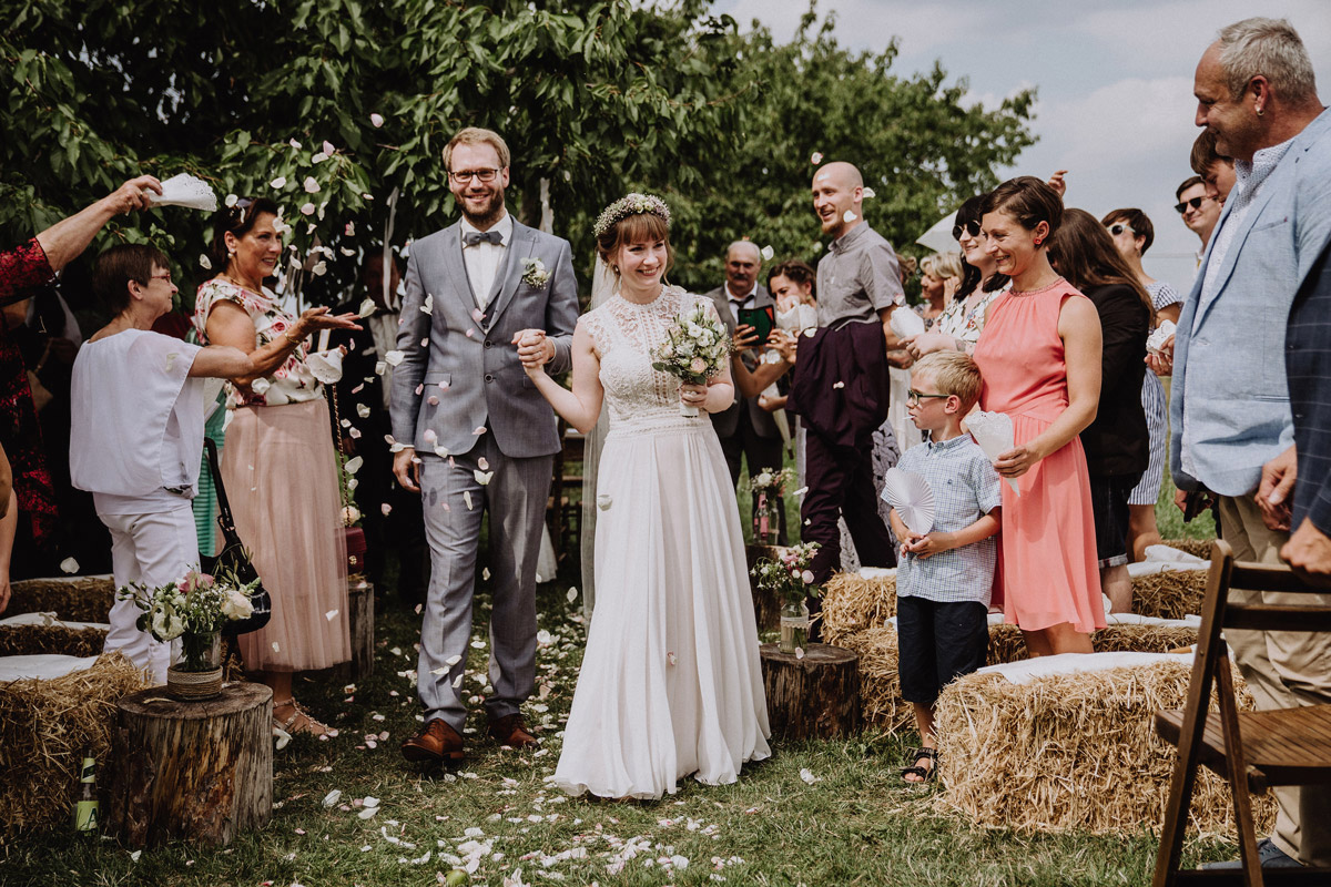 Hochzeitsfoto Landhochzeit Auszug Brautpaar nach standesamtlicher Trauung - Vierseithofcafé Brandenburg Hochzeitsfotograf © www.hochzeitslicht.de