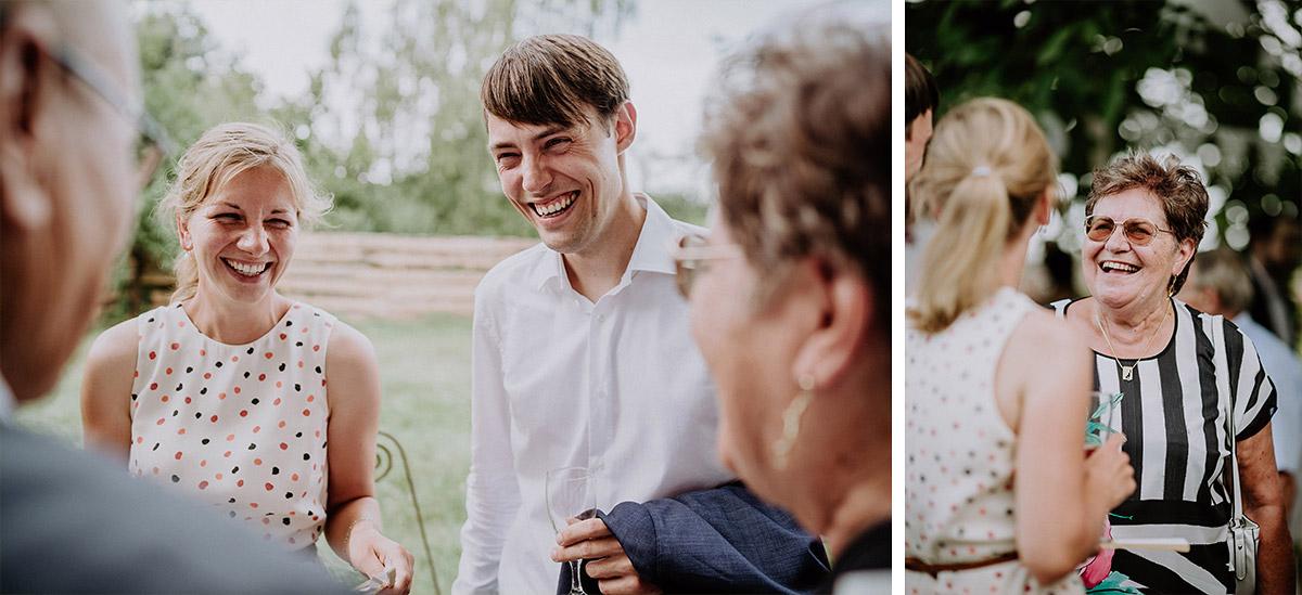 Hochzeitsfotos Gratulation Brautpaar nach Trauung - Vierseithofcafé Brandenburg Hochzeitsfotograf © www.hochzeitslicht.de