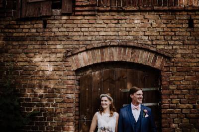 Hochzeitsfotografie von Brautpaar bei lockerer Scheunenhochzeit - Vierseithofcafé Brandenburg Hochzeitsfotograf © www.hochzeitslicht.de