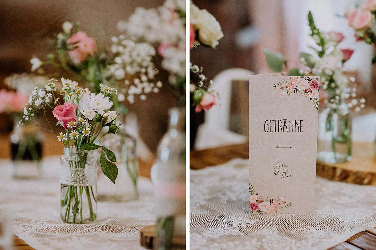 Tischdekoration mit Sommerblumen und Spitze und Menükarten Aquarell Blumen - Vierseithofcafé Brandenburg Hochzeitsfotograf © www.hochzeitslicht.de