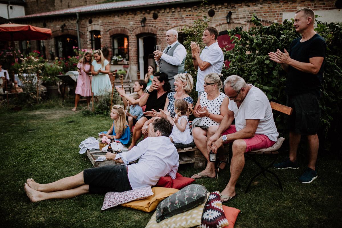 Hochzeitsgäste bei entspannter Sommerhochzeit - Vierseithofcafé Brandenburg Hochzeitsfotograf © www.hochzeitslicht.de