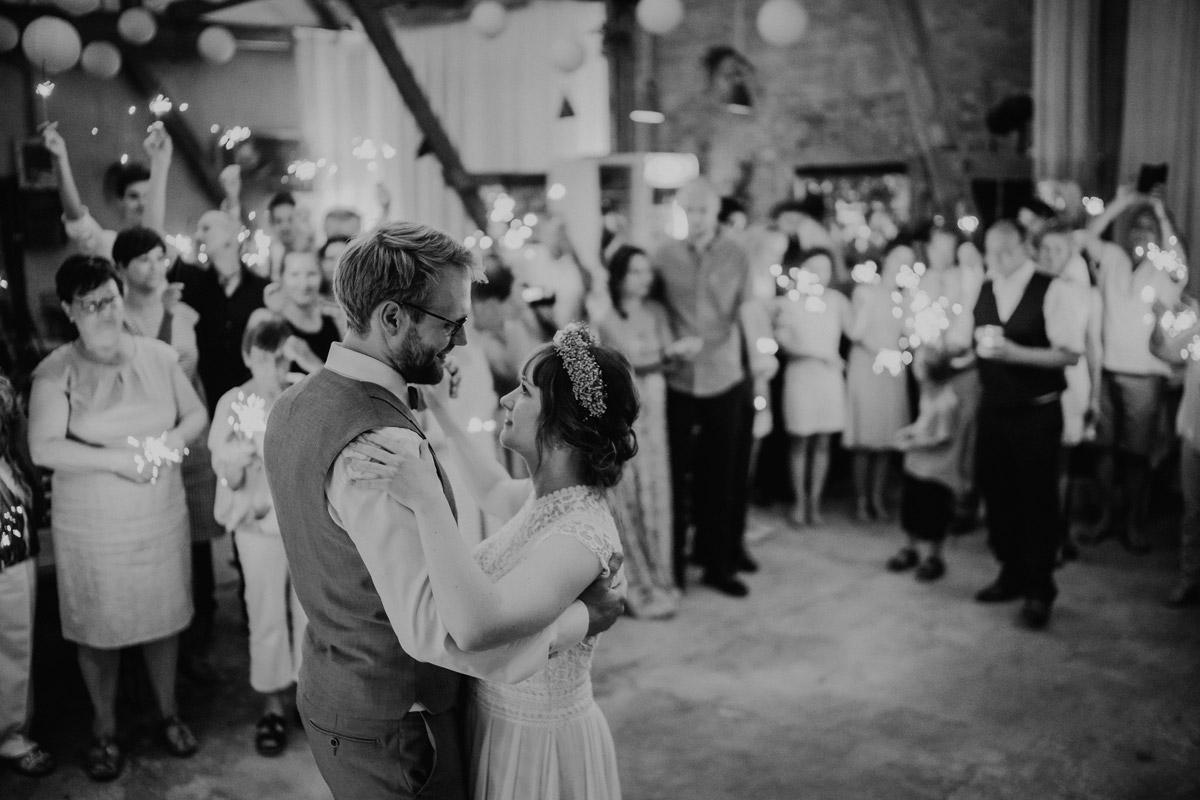 Hochzeitsfoto Eroffnungstanz Hochzeitsfeier Scheunenhochzeit