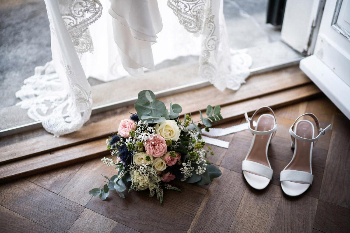 Hochzeitsfoto Sommer-Brautstrauß aus gelben und rosa Blumen mit Eukalyptus - Villa Blumenfisch Hochzeitsfotograf © www.hochzeitslicht.de