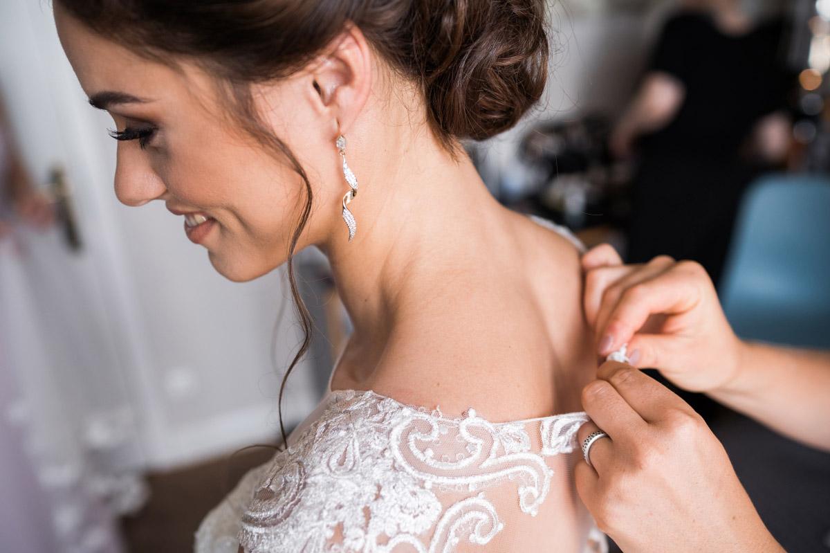 Ankleiden Braut bei Hochzeit in Berlin-Wannsee - Villa Blumenfisch Hochzeitsfotograf © www.hochzeitslicht.de