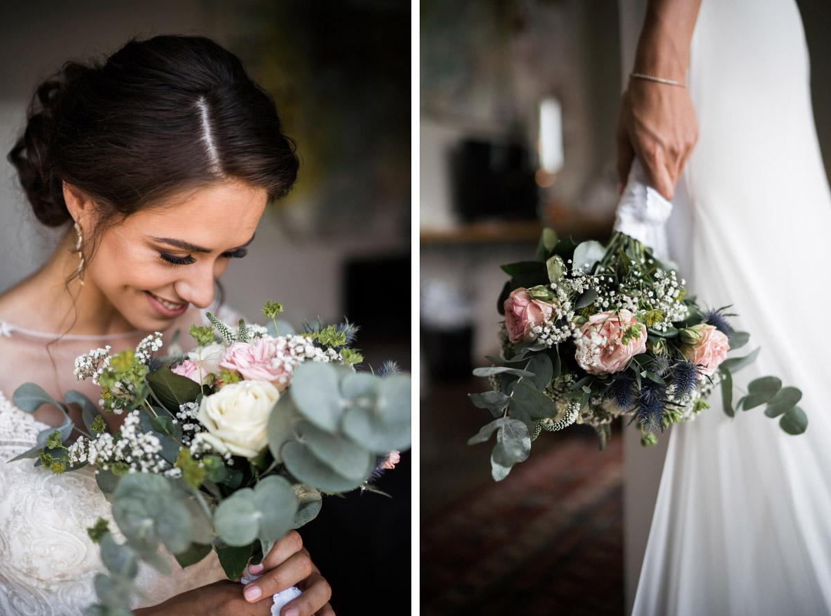 Braut mit sommerlichem Brautstrauß in Pastelltönen mit Eukalyptus und Disteln - Villa Blumenfisch Hochzeitsfotograf © www.hochzeitslicht.de