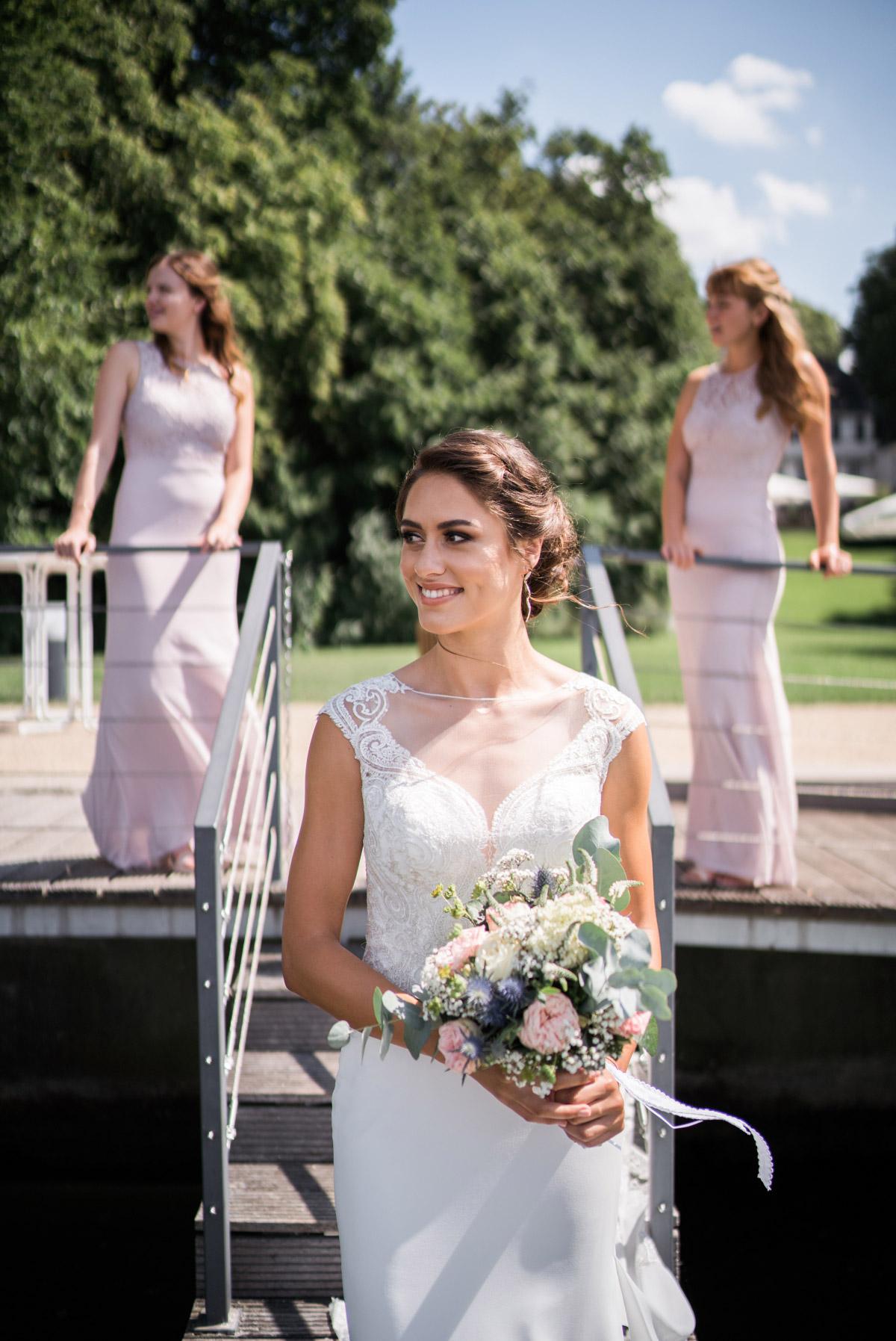 Hochzeitsfoto wartende Braut vor First Look - Villa Blumenfisch Hochzeitsfotograf © www.hochzeitslicht.de