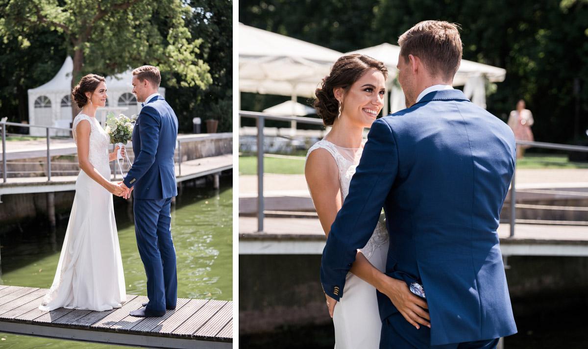 romantischer First Look am Ufer des Wannsee - Villa Blumenfisch Hochzeitsfotograf © www.hochzeitslicht.de