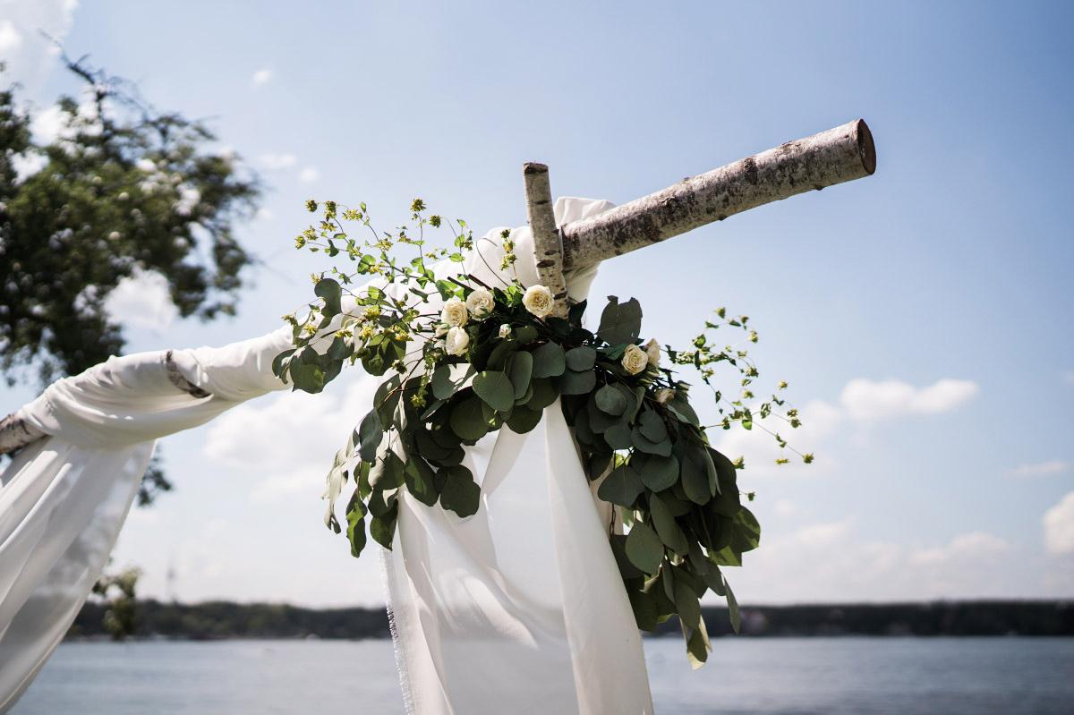 DIY Traubogen für freie Trauung aus Birke mit Blumenschmuck - Villa Blumenfisch Hochzeitsfotograf © www.hochzeitslicht.de