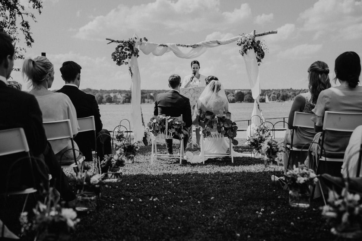 freie Trauung am Ufer des Großen Wannsee - Villa Blumenfisch Hochzeitsfotograf © www.hochzeitslicht.de