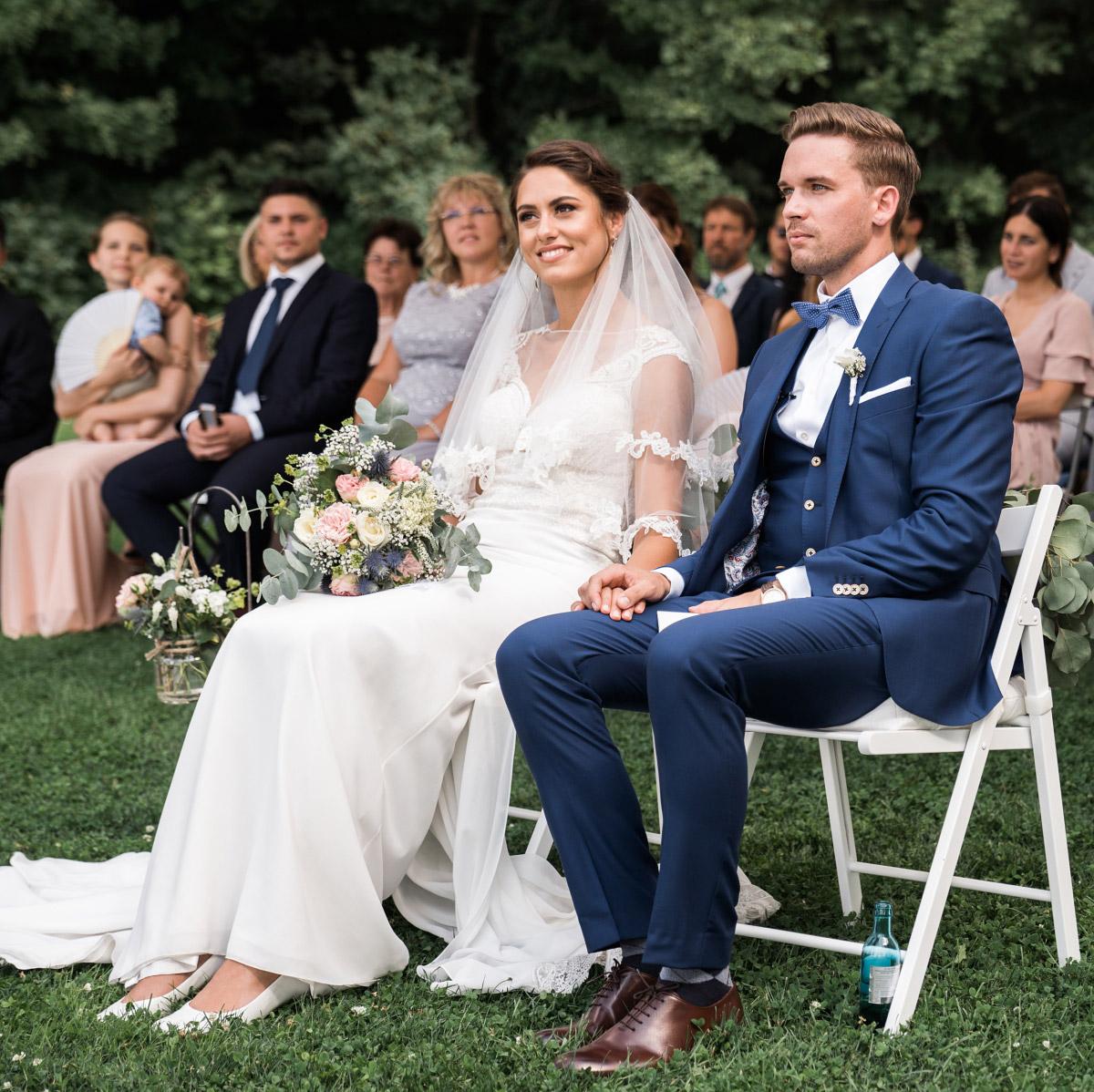 Braut und Bräutigam bei emotionaler freier Trauung - Villa Blumenfisch Hochzeitsfotograf © www.hochzeitslicht.de