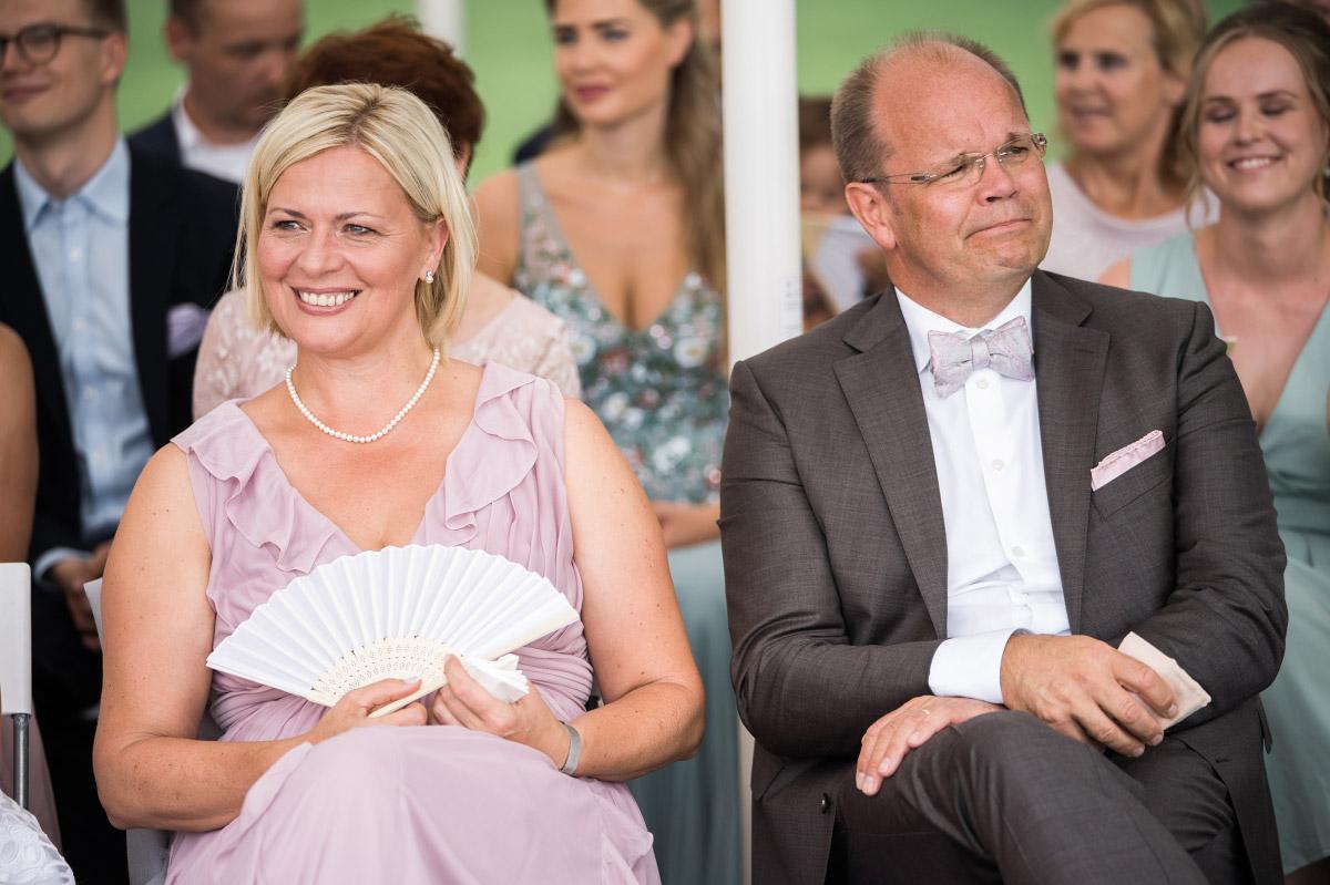 Hochzeitsgäste bei emotionaler Hochzeit - Villa Blumenfisch Hochzeitsfotograf © www.hochzeitslicht.de