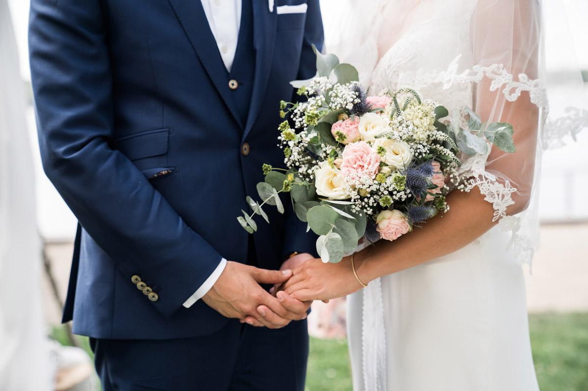 modernes Hochzeitsfoto Brautpaar - Villa Blumenfisch Hochzeitsfotograf © www.hochzeitslicht.de