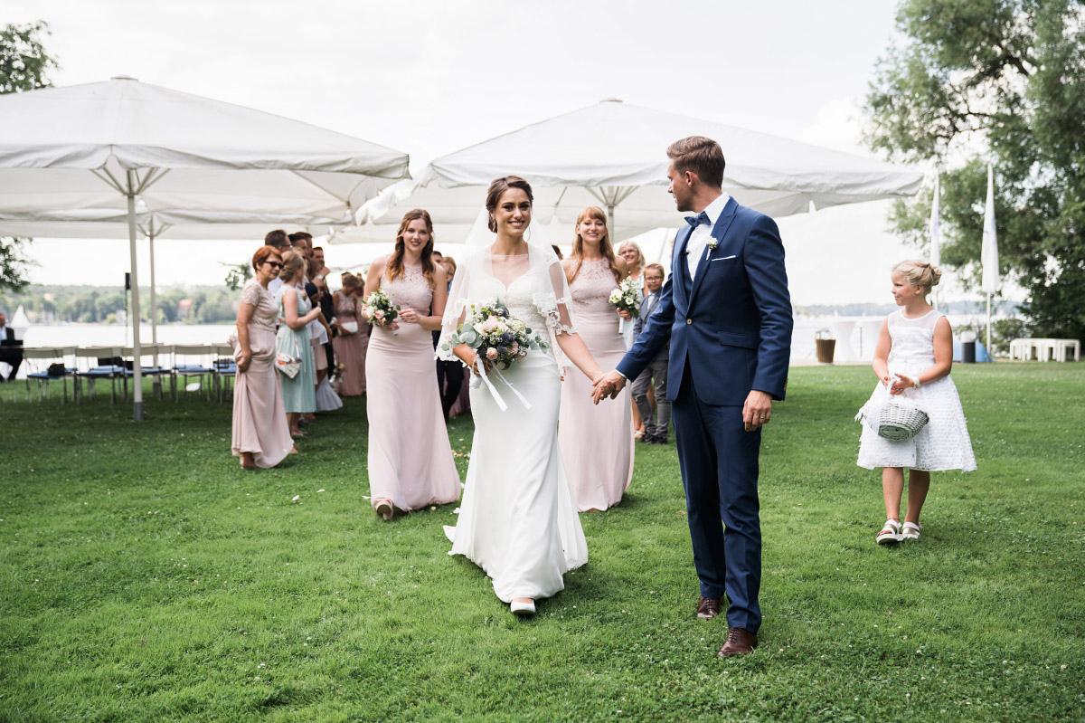 Auszug Brautpaar bei natürlicher Vintagehochzeit - Villa Blumenfisch Hochzeitsfotograf © www.hochzeitslicht.de