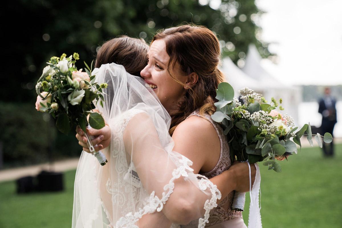 Gratulation nach Trauung - Villa Blumenfisch Hochzeitsfotograf © www.hochzeitslicht.de