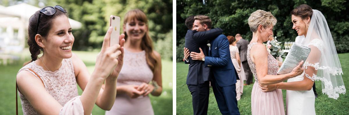 Gäste gratulieren Brautpaar nach freier Trauung - Villa Blumenfisch Hochzeitsfotograf © www.hochzeitslicht.de