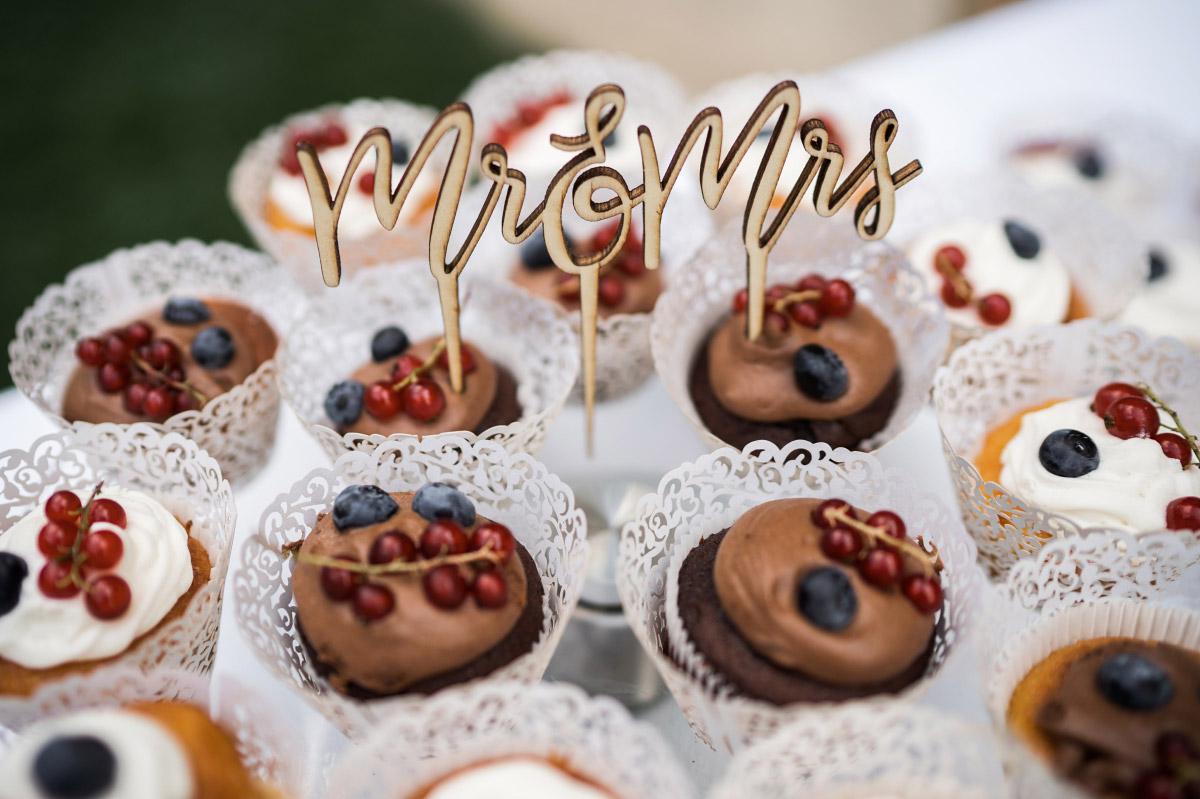 Mr und Mrs Cupcakes mit Beeren - Villa Blumenfisch Hochzeitsfotograf © www.hochzeitslicht.de