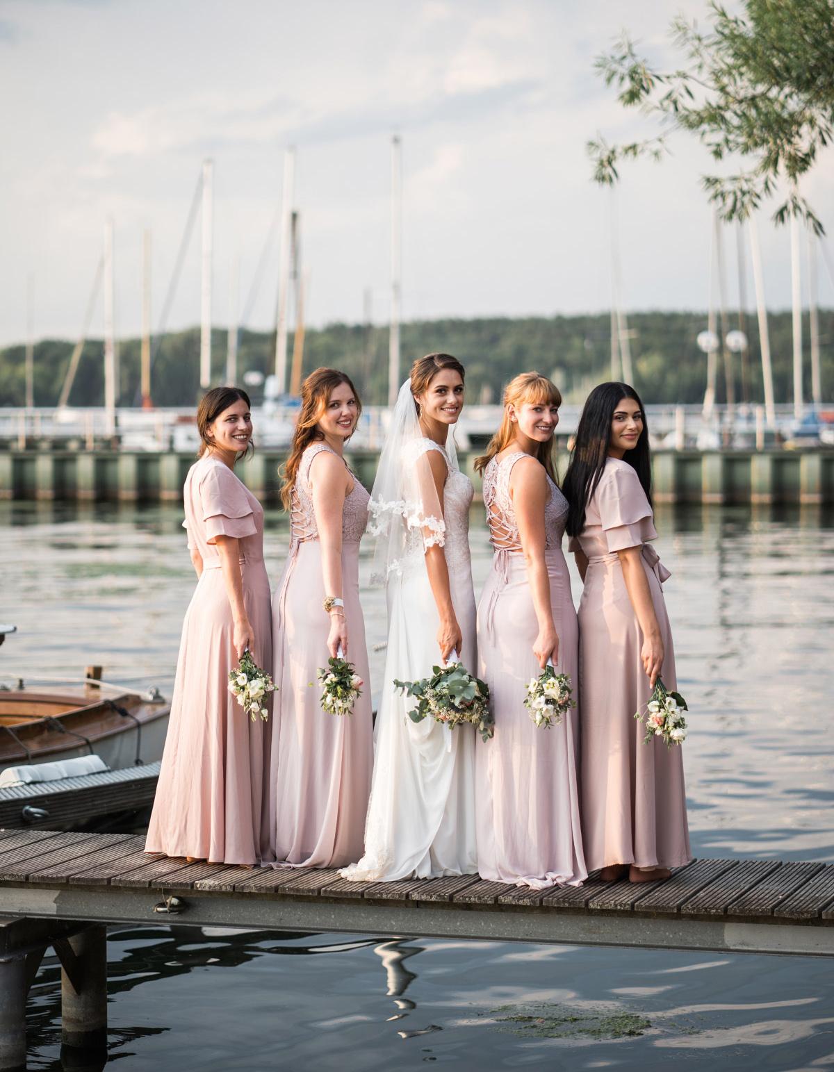 Gruppenfoto Braut mit Bridesmaids bei Vintage-Hochzeit - Villa Blumenfisch Hochzeitsfotograf © www.hochzeitslicht.de