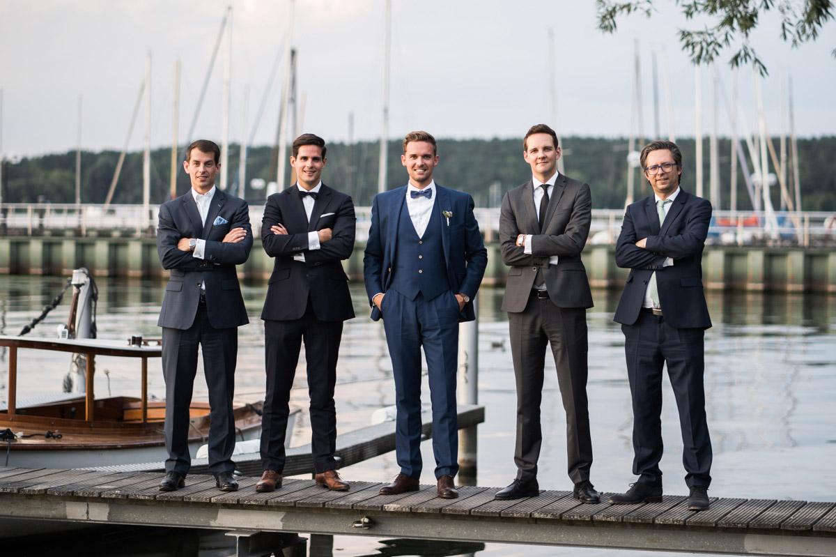 Bräutigam mit Groomsmen bei Wannsee-Hochzeit - Villa Blumenfisch Hochzeitsfotograf © www.hochzeitslicht.de