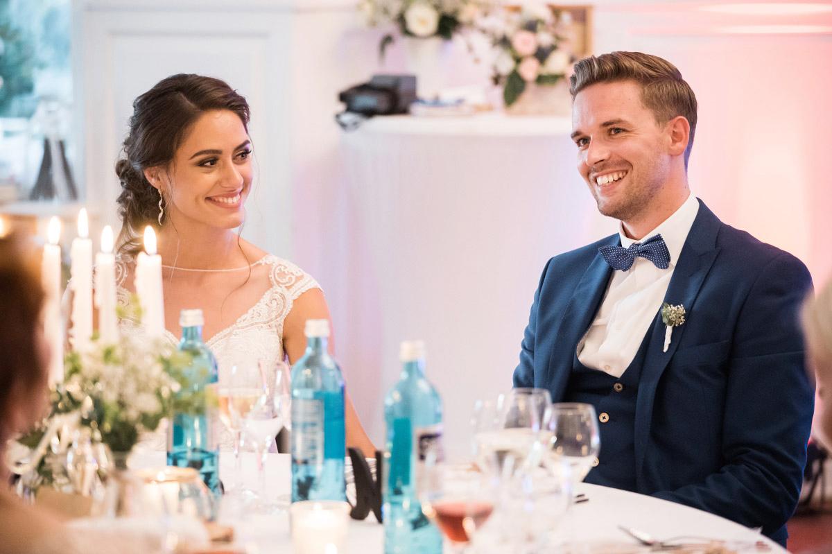 ungestelltes Hochzeitsreportagefoto von Brautpaar bei Hochzeitsfeier - Villa Blumenfisch Hochzeitsfotograf © www.hochzeitslicht.de