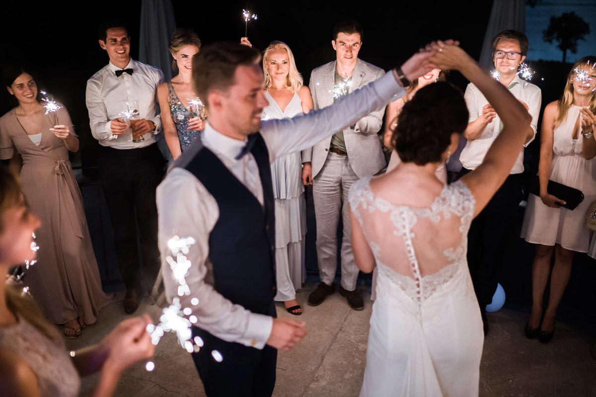 Hochzeitstanz auf der Terrasse - Villa Blumenfisch Hochzeitsfotograf © www.hochzeitslicht.de