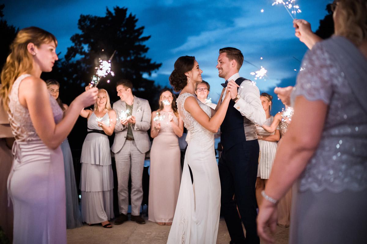 Hochzeitstanz unter freiem Himmel zur blauen Stunde - Villa Blumenfisch Hochzeitsfotograf © www.hochzeitslicht.de