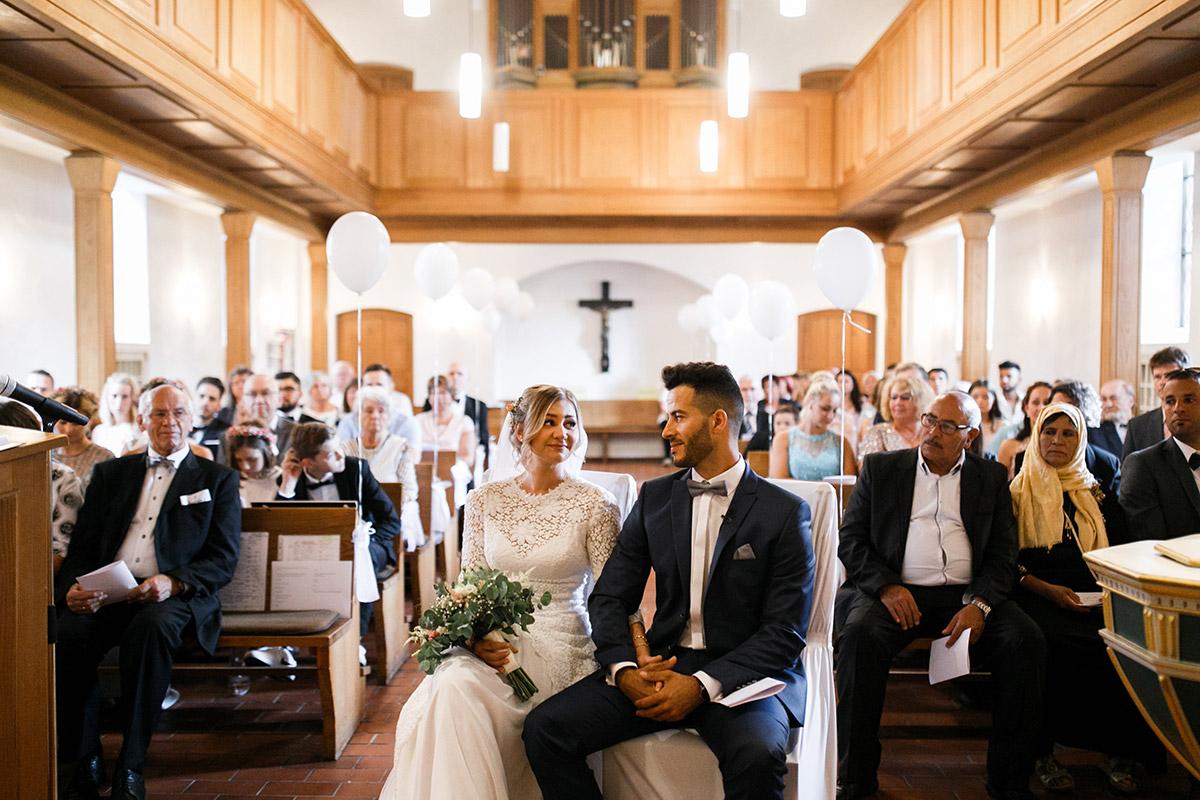 ungestelltes Hochzeitsfoto Brautpaar Trauung Dorfkirche Britz - Ochsenstall Schloss Britz Hochzeitsfotograf © www.hochzeitslicht.de