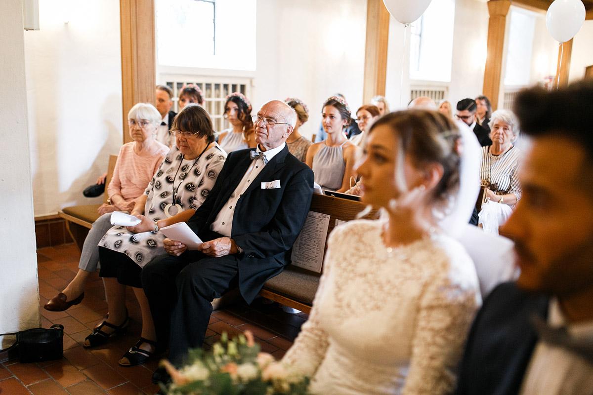 Hochzeitsfotografie Trauung Dorfkirche Britz - Ochsenstall Schloss Britz Hochzeitsfotograf © www.hochzeitslicht.de