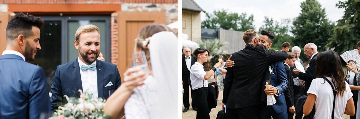 Hochzeitsfotos Gratulation Trauung Dorfkirche Britz - Ochsenstall Schloss Britz Hochzeitsfotograf © www.hochzeitslicht.de