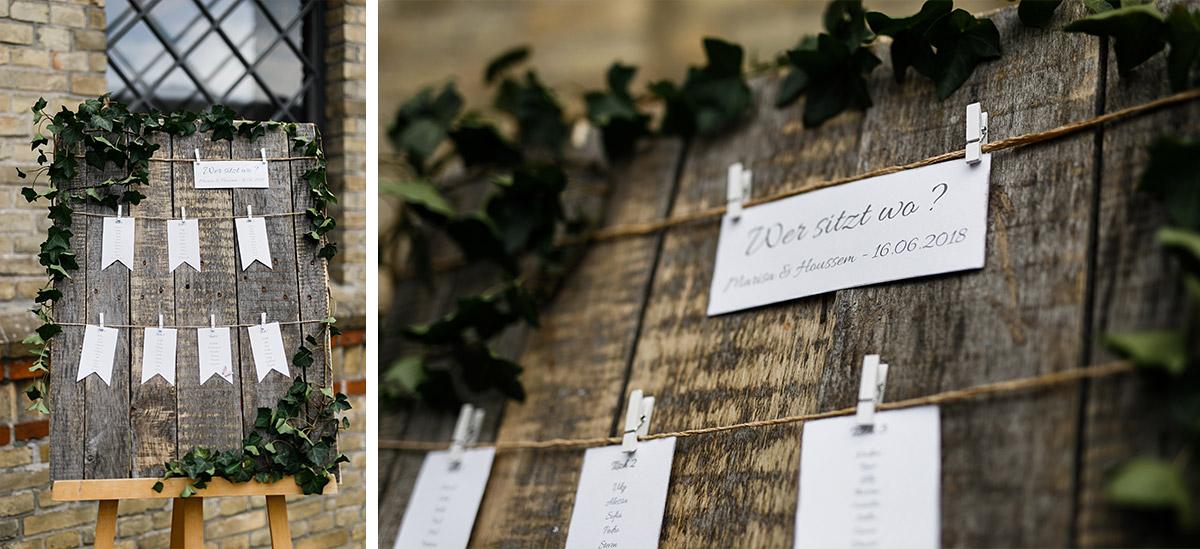 Hochzeitsfoto DIY Sitzplan aus Holz, Karten, Wäscheklammern - Ochsenstall Schloss Britz Hochzeitsfotograf © www.hochzeitslicht.de