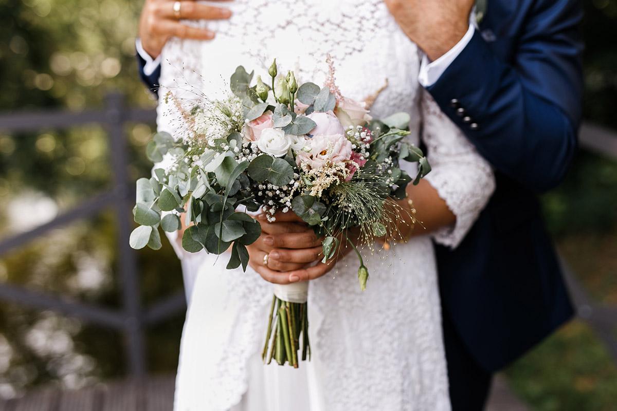 Detailfoto moderner Brautstrauß Sommerhochzeit mit Eukalyptus und Blumen in Pastelltönen - Ochsenstall Schloss Britz Hochzeitsfotograf © www.hochzeitslicht.de