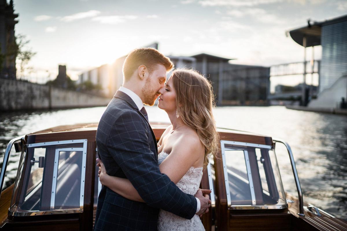 Paar-Fotoshooting auf Boot Berlin-Mitte - Couplefotoshooting Berlin Hochzeitsfotograf © www.hochzeitslicht.de