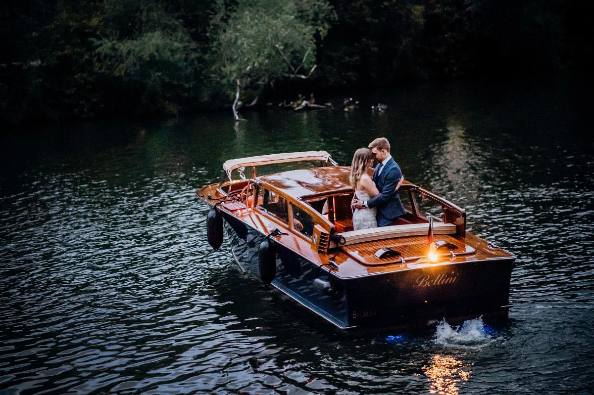 Paarfotografie bei Sonnenuntergang auf Boot - Couplefotoshooting Berlin Hochzeitsfotograf © www.hochzeitslicht.de