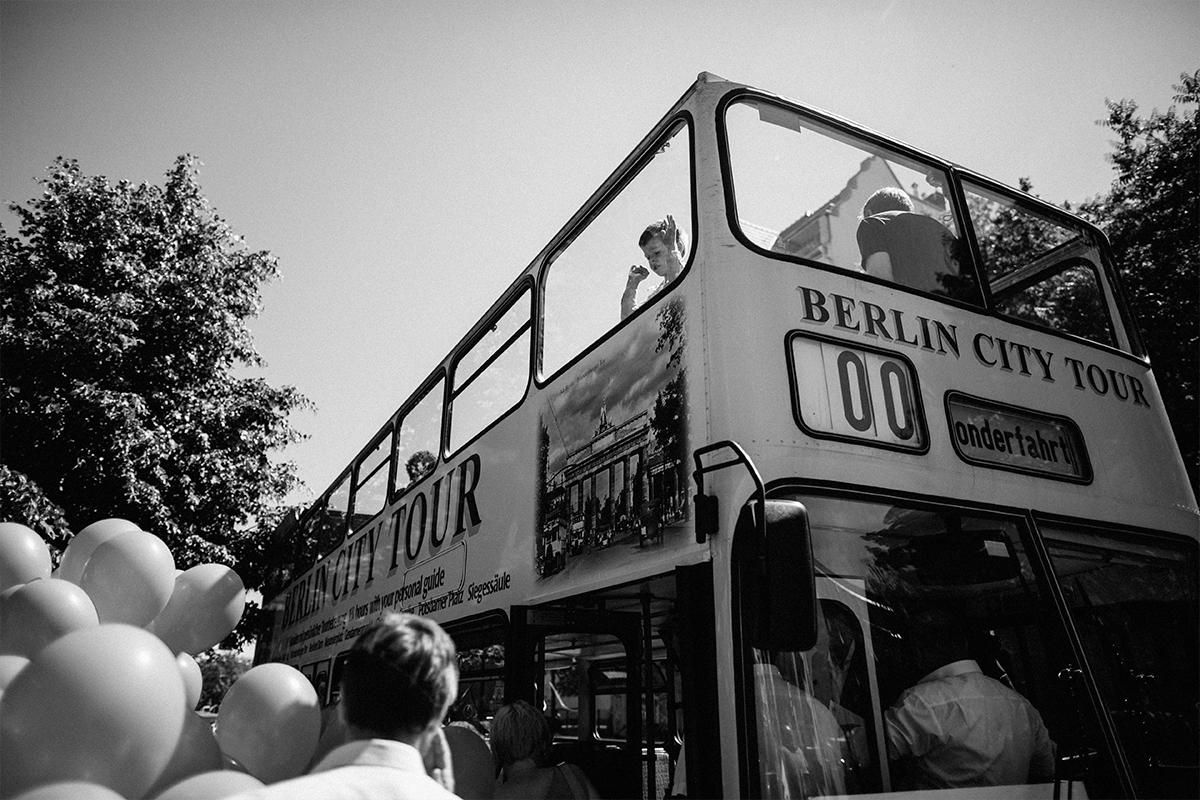 Bustour Hochzeit Berlin - Hochzeitsfotograf Berlin Friedrichshain © www.hochzeitslicht.de