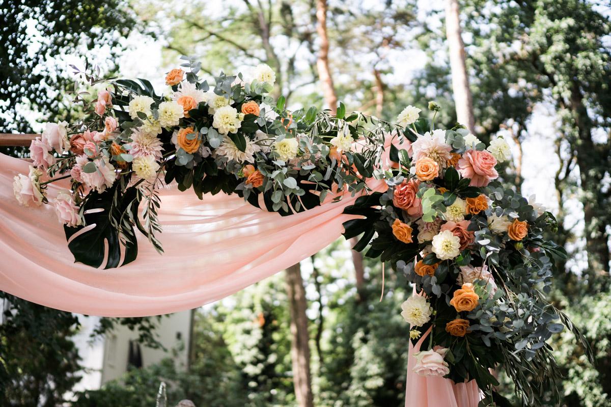 Traubogen mit Blumen in Pastelltönen - Schlosshotel Berlin Hochzeitsfotograf © www.hochzeitslicht.de